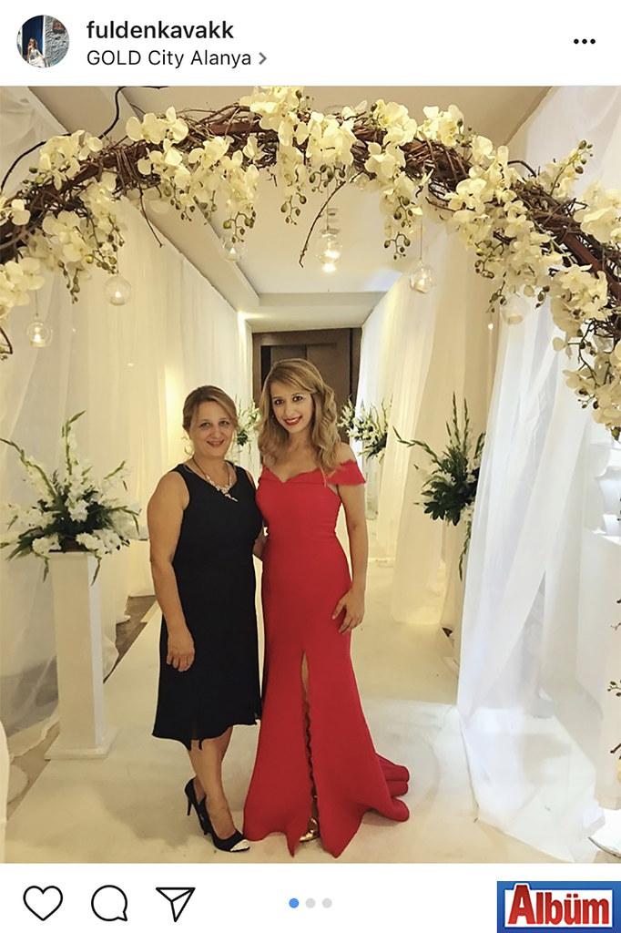 Fulden Kavak, annesi Feza Kavak ile birlikte katıldığı düğün töreninden bu fotoğrafı paylaştı.