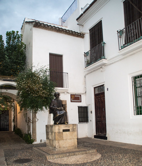Estatua de Maimónides.jpg