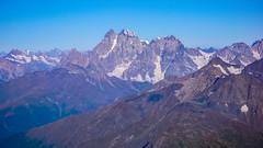 Uszba 4700m widoczna z lodowca Kasabi, z podejscie na Tetnuldi 4858m.