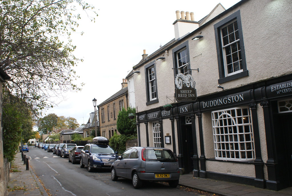 Façade du plus vieux pub écossais The Sheep Heid Inn à Edimbourg.