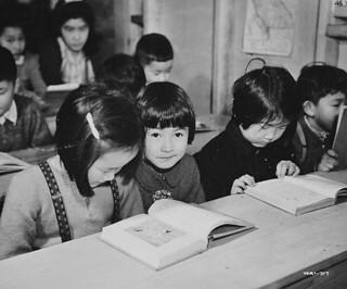 Second-and third-generation Japanese-Canadian children learn about loyalty to the British Empire at an internment camp school, British Columbia / La deuxième et la troisième génération d'enfants canadiens d'origine japonaise auxquels on inculque la l
