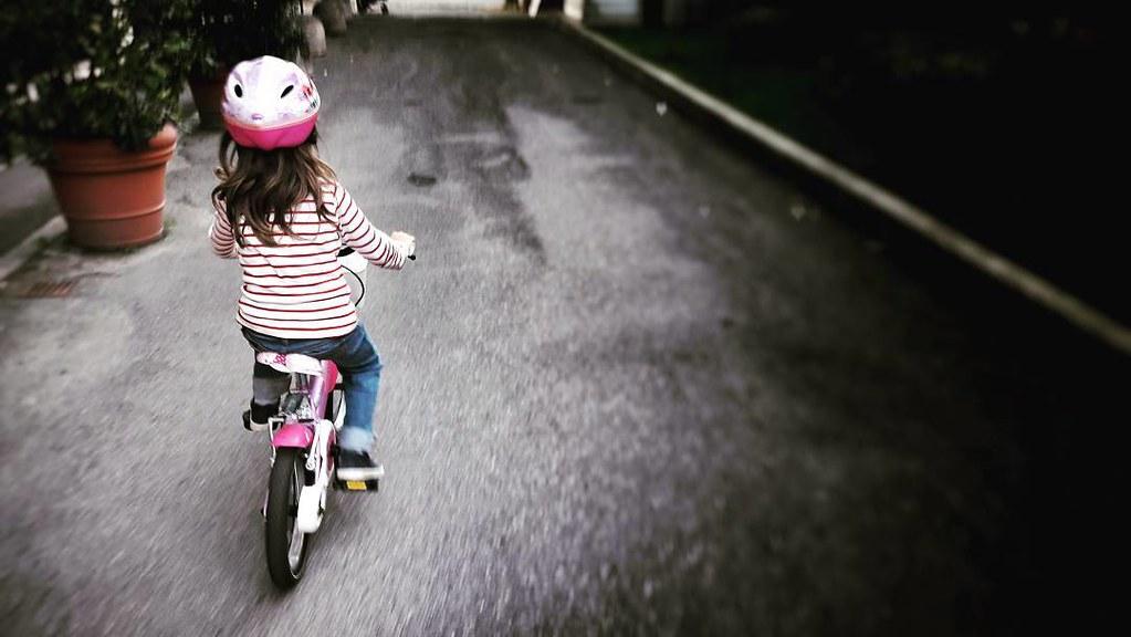 E poi un giorno la lasci andare e lei va pedalando sicura sulla sua bici rosa e ti accorgi che sta diventando davvero grande (anche perché tu fai fatica a starle dietro correndo). Bravissima piccola mia #love #photooftheday #amazing #life #igers #picofthe