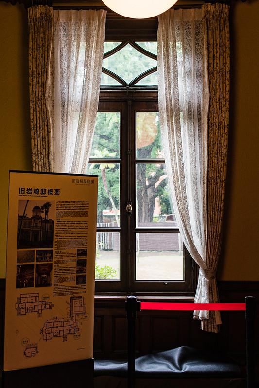 旧岩崎邸の内装。窓ガラスとカーテン