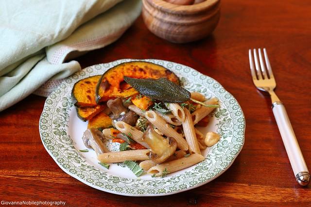 Penne integrali con funghi champignon, zucca e nocciole