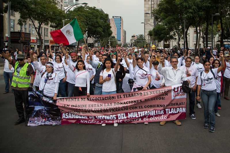 Personas damnificadas por el sismo del pasado 19 de septiembre, acompañadas por agrupaciones civiles, se manifestaron para exigir la reconstrucción de sus viviendas