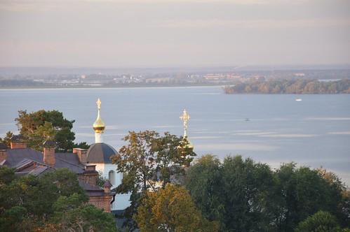 Свияжск, кресты и купола Церкви Константина и Елены отражают заходящее солнце