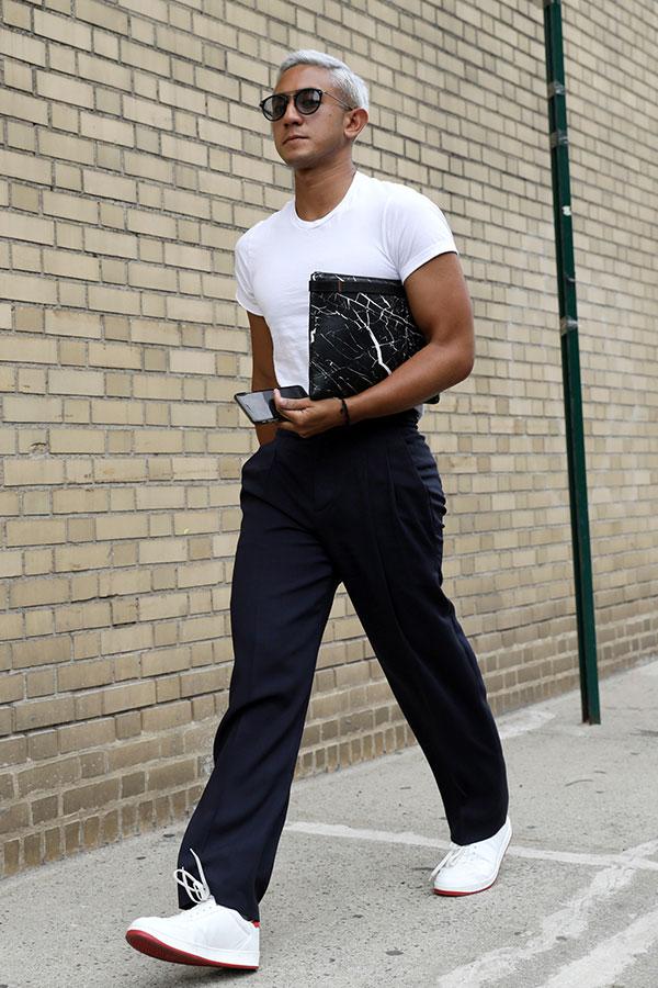 白無地Tシャツ×ネイビースラックス×白ローカットスニーカー