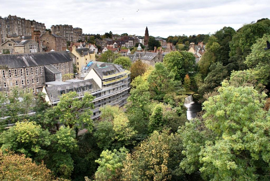 Vue sur la vallée du village de Dean à Edimbourg le long de la rivière Water of Leith.