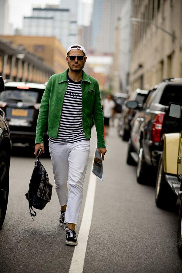 グリーンスエードブルゾン×黒白ボーダーTシャツ×白パンツ×VANS OLD SKOOL黒