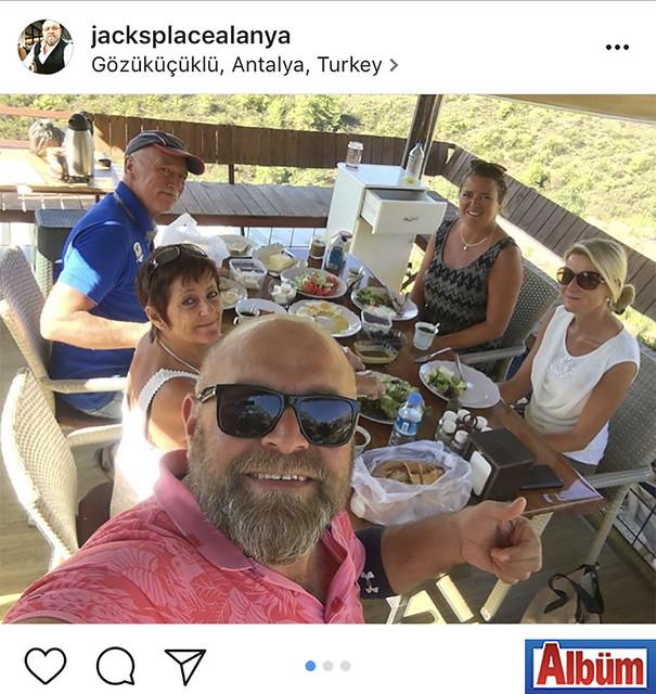 Jacks Place Restoran sahibi Hakan Ilmaz, misafirlerine restoranının bahçesinde Türk kahvaltısını tanıttı.