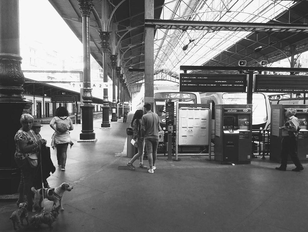 Unos van y otros vienen. #trainstation #porto #blackandwhite #bnw #phonephoto #photography #travelphoto #tren #estación #estaçao #sãobento #portugal