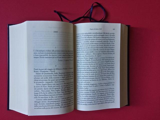 Sandro Penna, Poesie, prose e diari. Mondadori, i Meridiani; Milano 2017. Resp. gr. non indicata. Testi in prosa, dati in ordine cronologico; indicazione dell'anno in alto, centrata: a pag. 894 [part.].