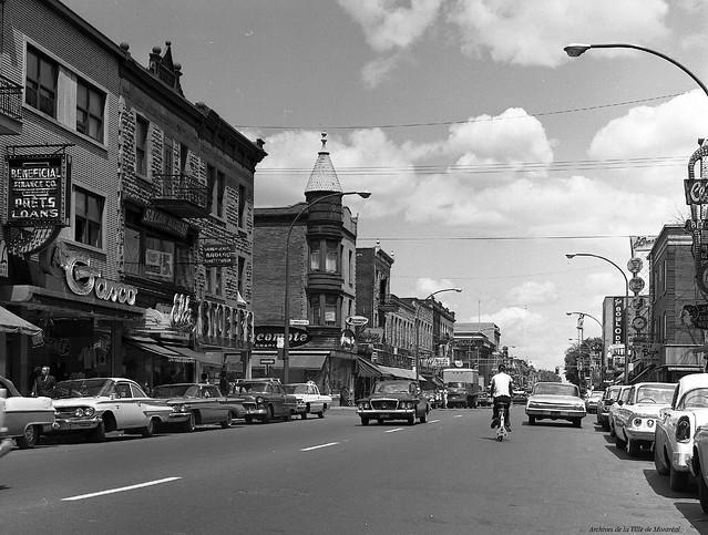 Plateau-Mont-Royal. Avenue du Mont-Royal (intersection de Marquette). 1961. Photo par Yvon Bellemare. VM94-A0030-005. Archives de la Ville de Montréal.
