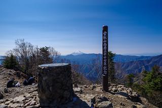 富士山と記念碑@雲取山山頂