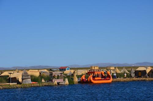 Eine Uru dorf mit einem orangenem Boot