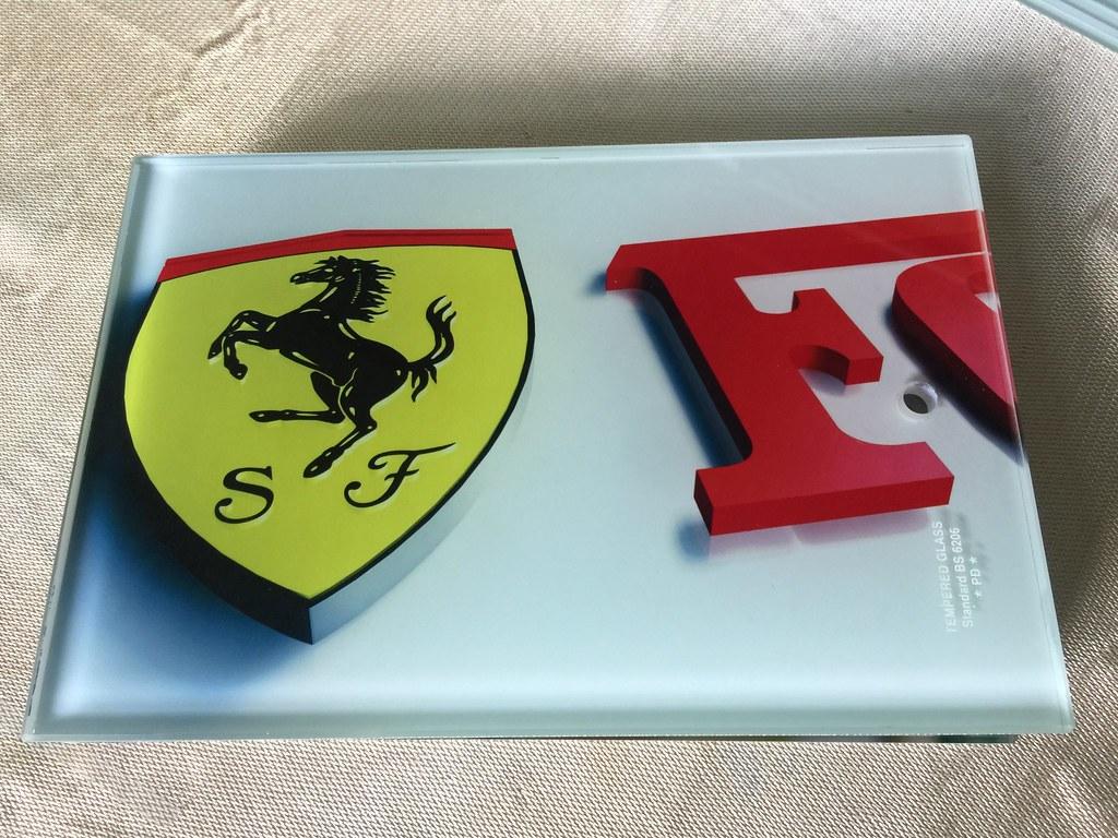 Thớt kính cường lực iGH 3367 in logo Ferrari đẹp kì lạ