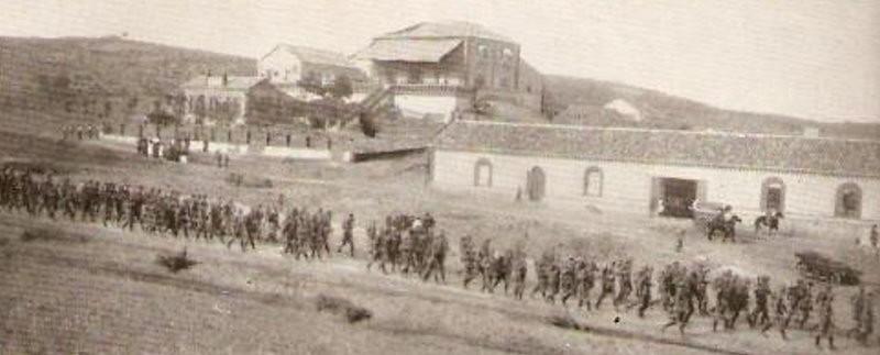 Desfile militar frente a la Venta del Hoyo (Rodríguez)