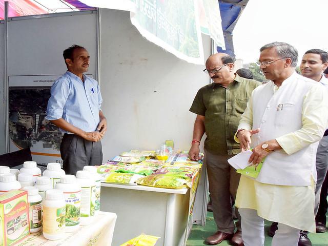 राज्य स्तरीय कृषक महोत्सव रबी-2017 के शुभारम्भ अवसर पर अवलोकन करते मुख्यमंत्री त्रिवेंद्र सिंह रावत