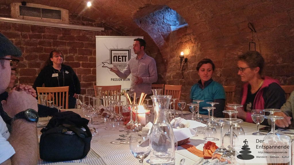 Weinprobe im Otterberger Hof: Frau Nett vom Weingut Bergdolt-Reiff und Nett, Duttweiler)