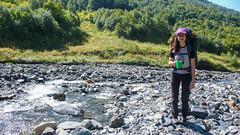 Z początku teren wydaje się łatwy. Idziemy korytem rzeki.
