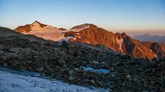 Widok  spod wschodniej sciany Marjanishvili na wschód. Pasismta 3779m i Machkhaoara 3524m.