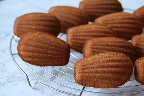 Recipe for a French classic with a slight twist: ginger and clove madeleines | easy to bake | french pastries | pâtisseries françaises | madeleines recipe