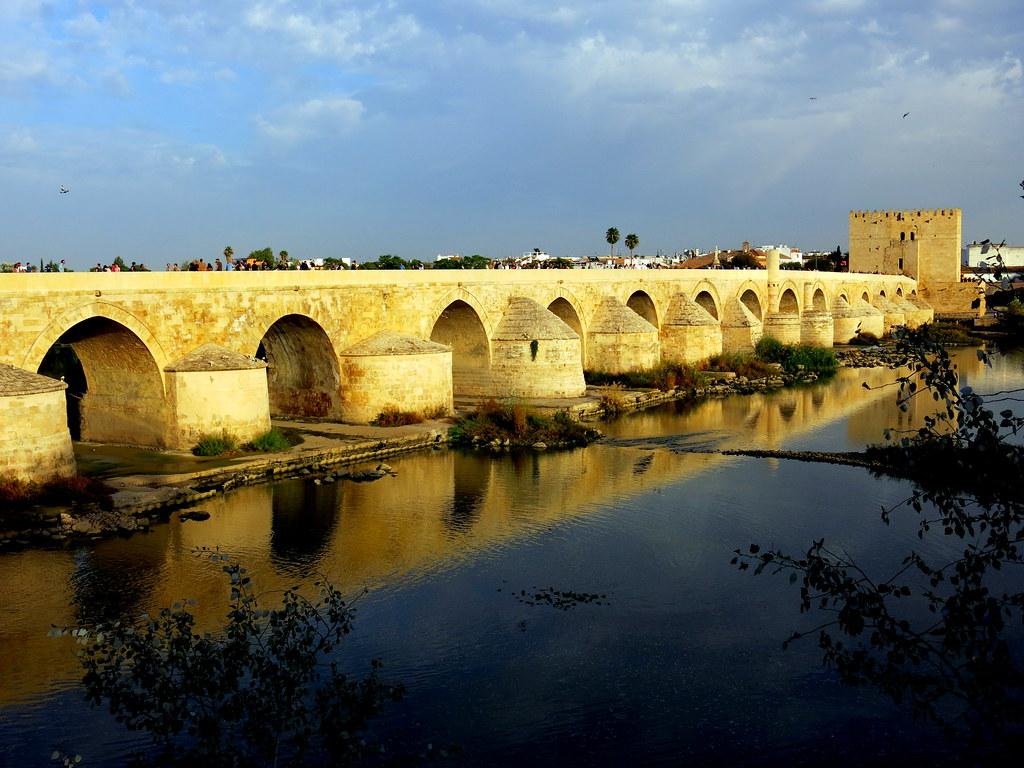 Luces de la tarde en el Puente romano de Córdoba sobre el río Guadalquivir.