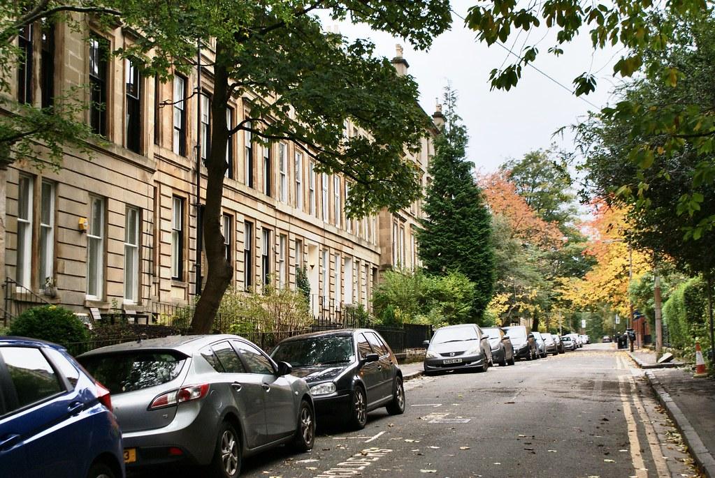 Rue charmante et arborée dans le quartier du West End à Glasgow.