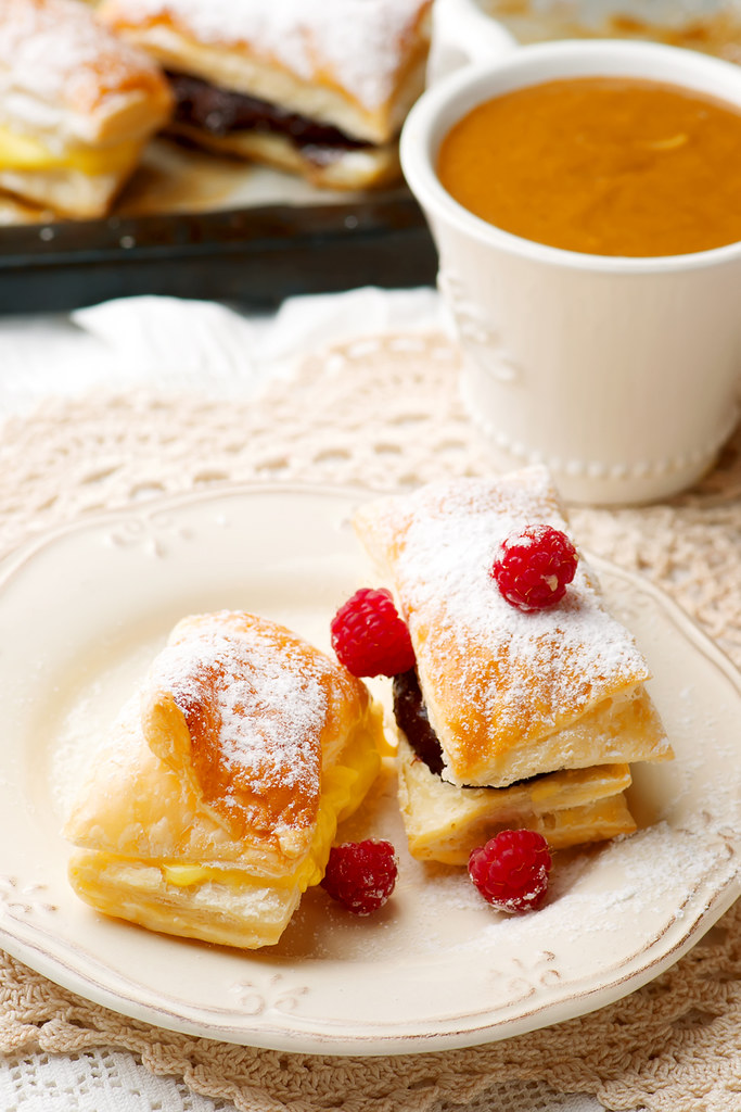 SPORCAMUSS ITALIAN CREAM FILLED PASTRIES.1