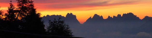 Sonnenaufgang auf dem Monte Rite, 2160 m, in den südlichen Dolomiten (Bergwander- und Bikewoche Messner Mountain Museum).
