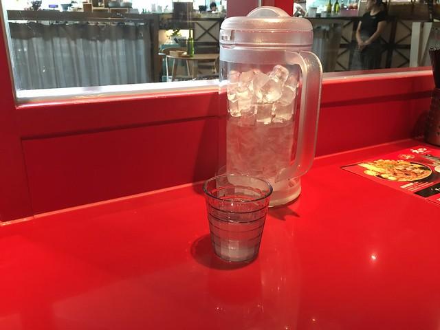 座位兩兩之間有一大壺冰水可以自由取用@台北松山,大心新泰式麵食台北誠品松菸店