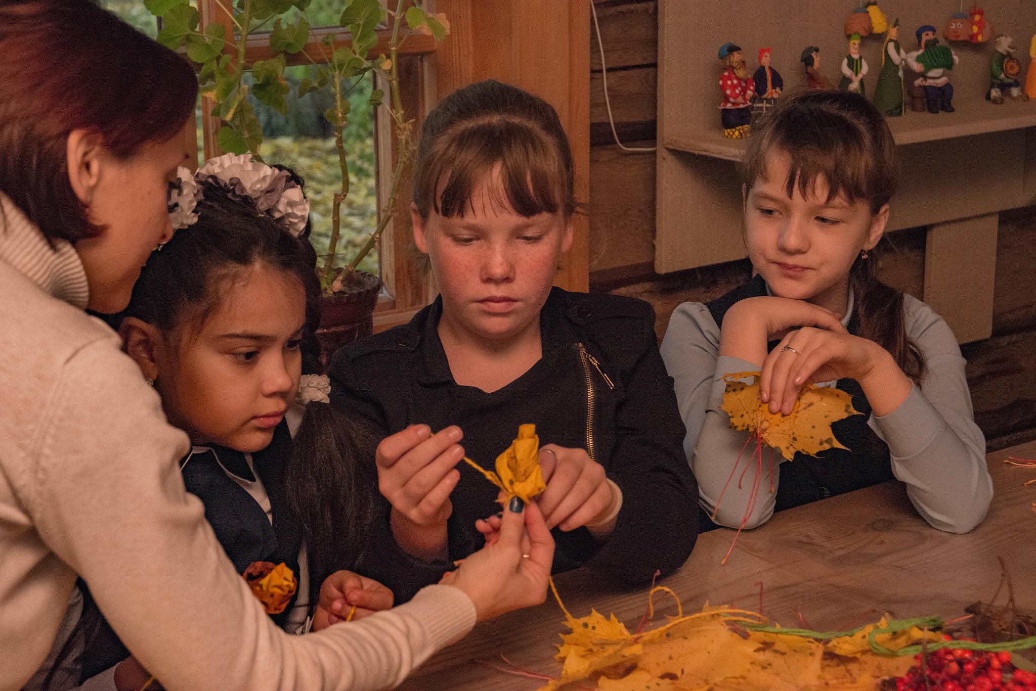 Интерактивное занятие Подарки осени, где почитатели поэта составляли воздушные золотые композиции из листьев