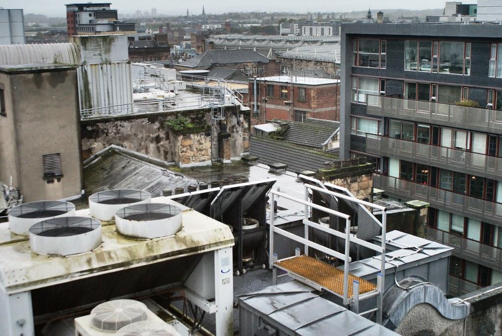Panorama sur les toits de Glasgow sous la pluie