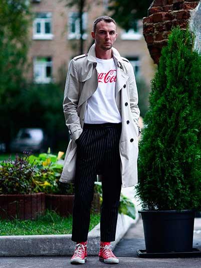 オフホワイトトレンチコート×白コカコーラ Tシャツ×黒ストライプスラックス×オールスター赤