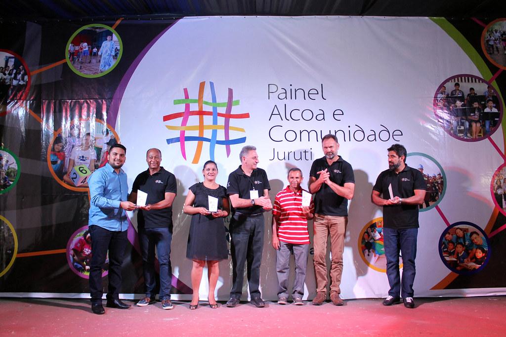 Entidades são premiadas no 2º Painel Alcoa e Comunidade Juruti, Diretores da Alcoa entregam troféus de reconhecimento aos dirigentes das entidades