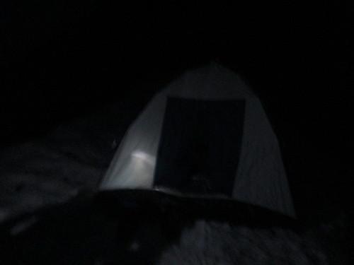 避難小屋目前の雪の上にテンばる