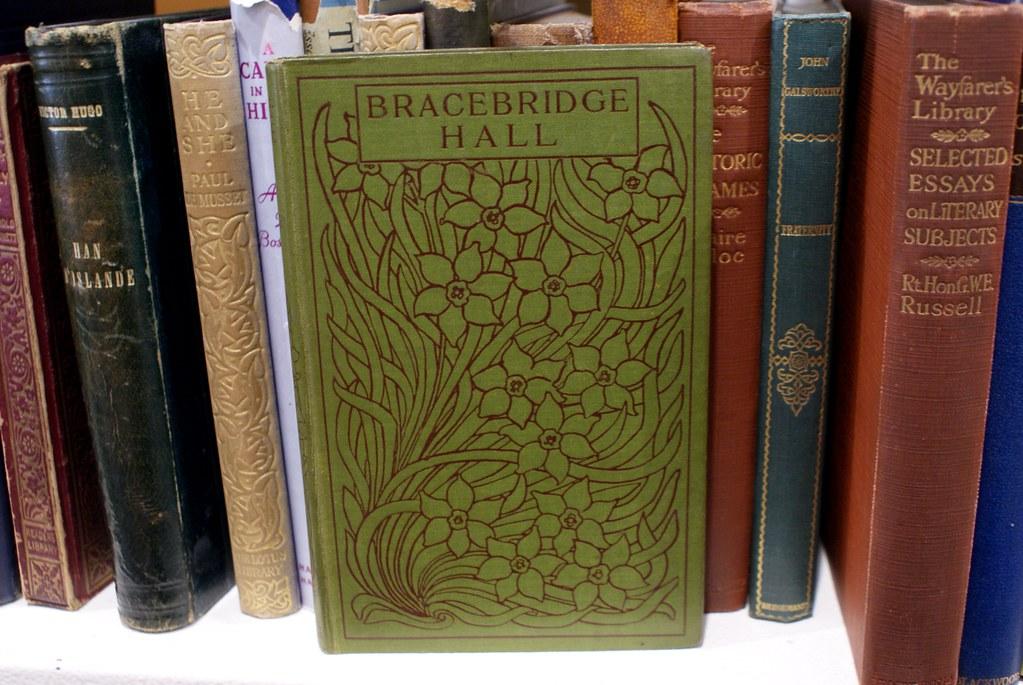 > Belle couverture fleurie de narcisses d'un livre Bracebridge Hall dans l'Oxfam bookshop d'Edimbourg.