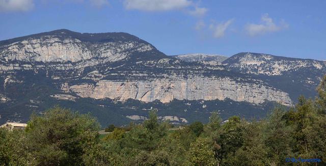 Solsonès 2017 - Exc 04 - Del Cardener a Riard -11- Pla de Riard -02- Panorámica de Roca de Puig Sobirà, la Feixana y Roca de Canalda -02-