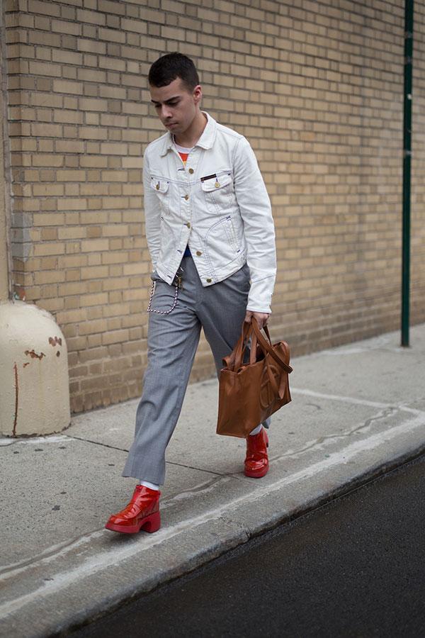 白サテンGジャン×赤白ボーダーTシャツ×グレークロップドパンツ×赤ブーツ