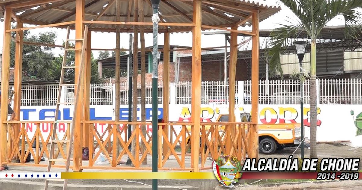 Se instala glorieta en parque Abdón Calderón de Chone