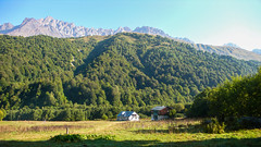 Zeshko Alpine Camp 1800m. Savi Utsnobi (Czarna Nieznajoma) 4114m., Tetri Utsnobi (Biała Nieznaajoma) 4049m., Zeskho 3792m., Marjanishvili 3555m.