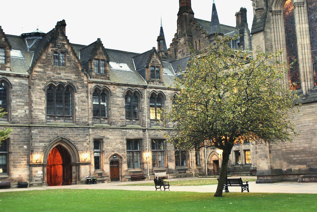 Dans la cour de l'Université de Glasgow.