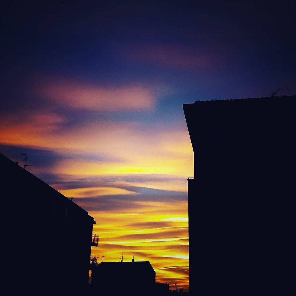 Tramonto milanese n. 1 #sunset #colorful #colors #sunset🌅 #sky #city #photography #photo #photooftheday #picoftheday #followme #milAmo #milano #igers #igersitalia #igersmilano #clouds #cloudporn #bestoftheday #blue #red #orange