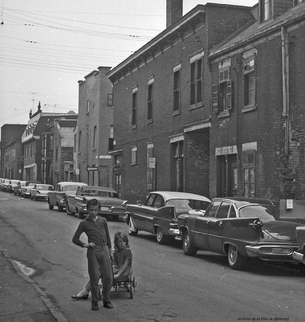 Centre-Sud. Faubourg à m'lasse. 1963. Photo par Rhéal Benny. VM94-C196-0840 (détail). Archives de la Ville de Montréal.