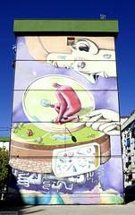 Graffiti mural en edificio.