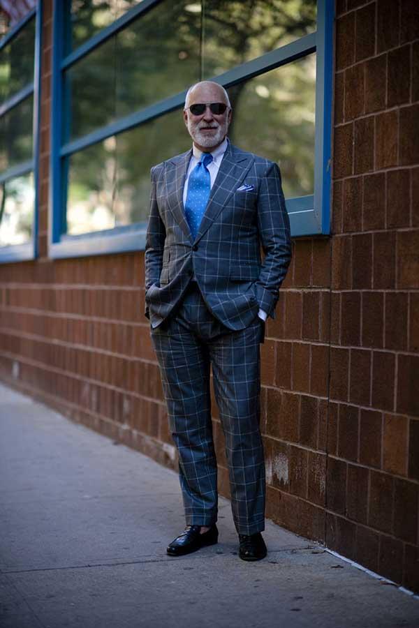 グレーウィンドペンスーツ×白シャツ×青小紋ネクタイ×黒コインローファー