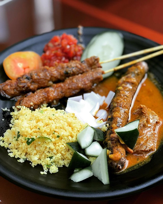 Perfect #poolparty #food @sosofitelsingapore! Juicy #satay, #grilled #sausage, #coucous and mutton #curry. #accorhotelsfoodfestival #accorhotelsfoodie