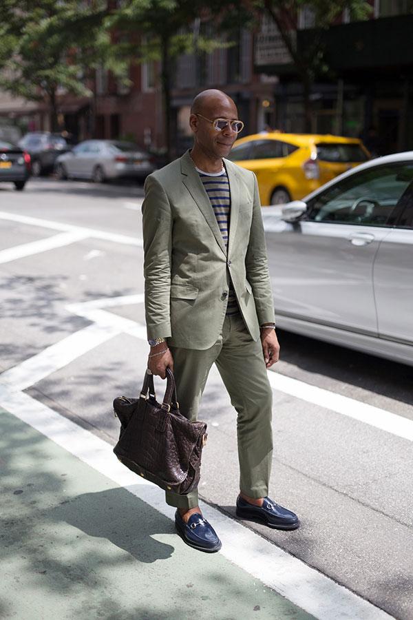 グレイッシュグリーンスーツ×グレー紺ボーダーTシャツ×ネイビービットモカシン
