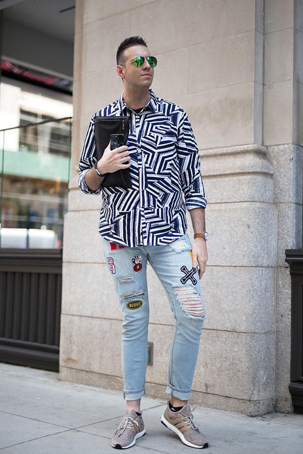 紺白柄シャツ×ダメージジーンズ×adidasウルトラブースト グレイッシュブラウン