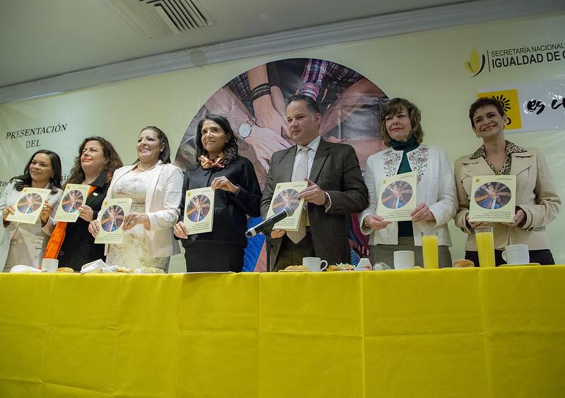 La presidenta del PRD, Alejandra Barrales, acompañada de la feminista Cecilia Lavalle y políticas del PRD, presentó el Protocolo para Prevenir, Atender, Sancionar y Erradicar la Violencia Política en Razón de Género en dicho partido